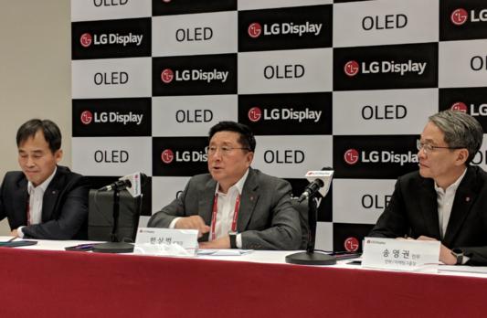 한상범 LG디스플레이 부회장이 8일(현지시각) 미국 라스베이거스에서 열린 기자간담회에서 기자들의 질문에 답하고 있다./ 조선비즈 DB