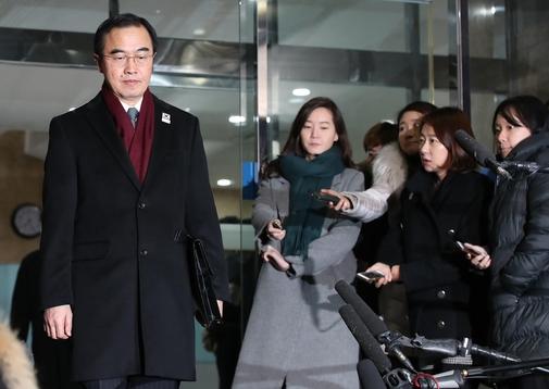 조명균 통일부 장관이 9일 남북회담을 위해 나서고 있다. /연합뉴스