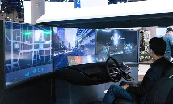 미국 라스베이거스에서 열린 'CES 2018' 전시회 내 기아차 부스에 설치된 콕핏을 관람객이 체험하고 있는 모습. / SK텔레콤 제공