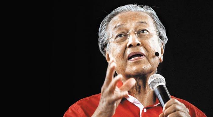 마하티르 전 총리가 작년 8월 말레이시아 샤알람에서 열린 한 포럼에 참석해 연설하는 모습.