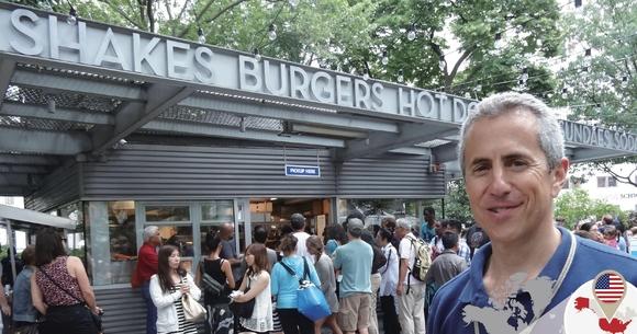 대니 마이어 쉐이크쉑 회장이 뉴욕 매디슨스퀘어파크의 쉐이크쉑 1호점 앞에 서 있다./블룸버그 제공