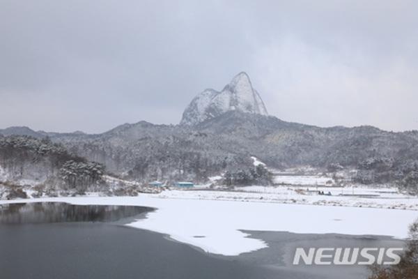 9일 오전 대설주의보가 발효된 전북 진안군 마이산이 흰 눈으로 뒤덮여 있다.