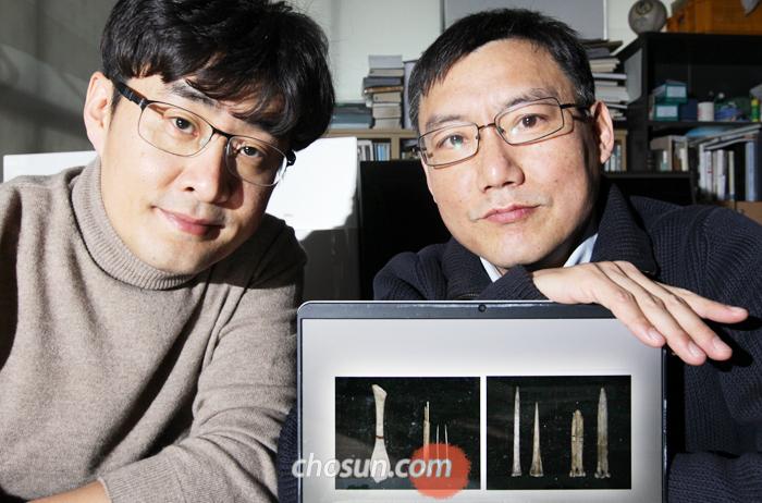 강인욱(왼쪽) 교수와 차웅석 교수가 두만강 유역 소영자 유적에서 나온 침 유물 사진을 보여주며 그 의미에 대해 설명하고 있다.