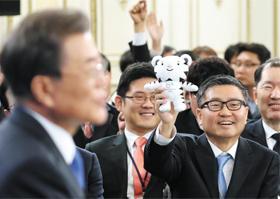 문재인 대통령이 10일 청와대에서 신년 기자회견을 열고 있는 가운데, 강원 지역의 한 기자가 평창 동계올림픽 수호랑 마스코트 인형을 들면서 질문하고 있다.