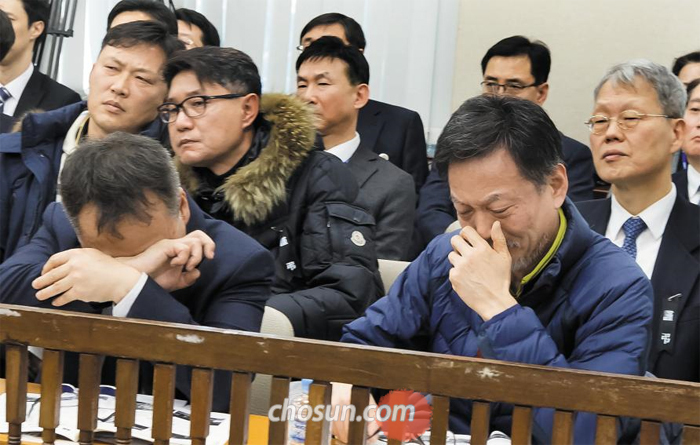 제천 화재 참사 유가족들이 10일 국회 행정안전위원회 전체 회의에서 사고 관련 동영상을 보며 눈물을 흘리고 있다.