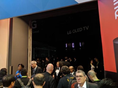 10일(현지시각) 미국 라스베이거스에서 열리고 있는 'CES 2018' 행사장에 정전이 발생했다. LG전자 부스를 찾은 관람객들이 불꺼진 부스를 보고 발길을 돌리고 있다./ 라스베이거스=황민규 기자