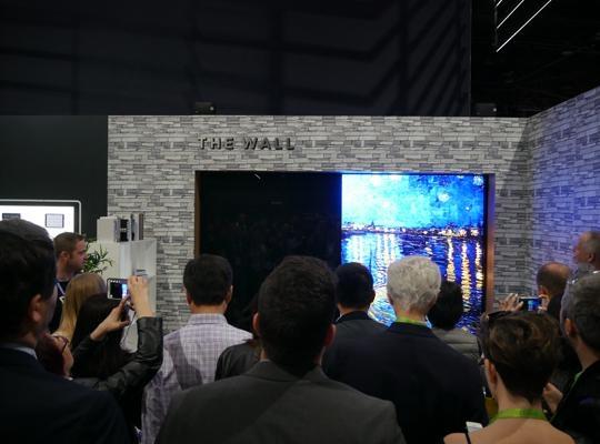 10일(현지시각) 'CES 2018' 행사장에 정전이 발생해 삼성전자가 야심차게 전시한 '더 월' 일부에 전원공급이 차단됐다. / 라스베이거스=황민규 기자