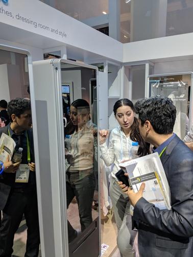 10일(현지시각) 코웨이의 전시관을 방문한 외국인 관람객이 이번에 코웨이가 선보인 의료청정기 '코웨이 FWSS'를 살펴보고 있다./ 황민규 기자
