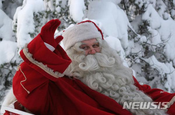 산타의 발상지인 핀란드 로바니에미시 산타마을 '진짜 산타클로스'가 12일부터 사흘간의 일정으로 강원 화천에서 열리고 있는 산천어축제장을 찾는다. 사진은 핀란드 로바니에미시 산타마을의 산타클로스.