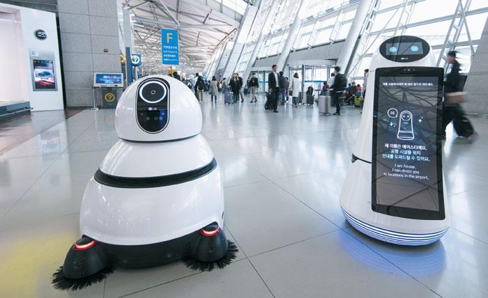 인천공항의 '스마트 에어포트'기술을 상징하는 청소 로봇(왼쪽)과 안내 로봇. 인천공항공사는 앞으로 다양한 기능을 하는 로봇을 공항 터미널에 도입할 계획이다.