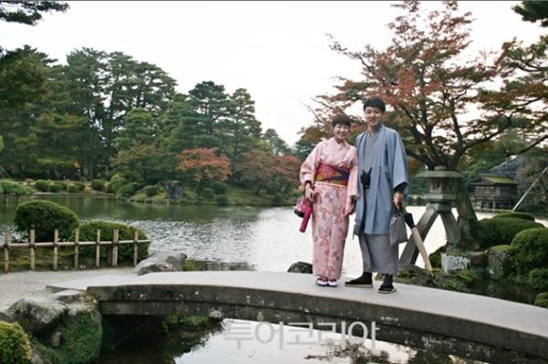 겐로쿠엔을 상징하는 대표 풍경 '가스미가이케 연못'을 배경으로, 기념사진을 찍는 기모노 입은 연인