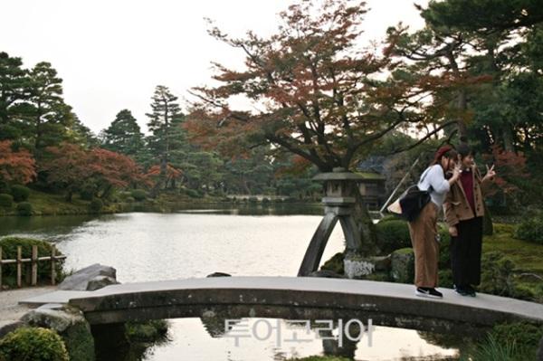 '고토지 등롱'이 있는 '가스미가이케 연못'은 겐로쿠엔을 상징하는 대표 풍경으로, 여행객들이 기념사진을 하는 포토 포인트