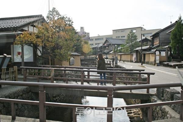에도시대 무사들이 거주했던 '나가마치 부케야시키'에서는 오래된 가옥들과 그 옆으로 흐르는 물 등이 어우러져 옛 거리의 운치를 더한다.