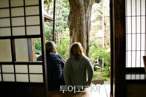 노무라 가옥(부케야시키아토 노무라케)의 정원을 감상하며 쉬고 있는 외국인 관광객