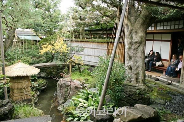 미슐랭 관광지 별 2개, 미국의 정원 잡지 '저널 오브 가드닝'에서 일본 정원 랭킹 3위(2003년)에 오른 '노무라 가옥(부케야시키아토 노무라케)'.