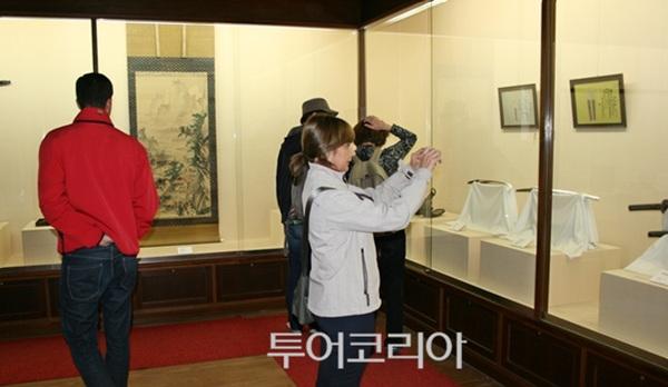 '노무라 가옥(부케야시키아토 노무라케)'의 전시품을 관람하는 관광객들