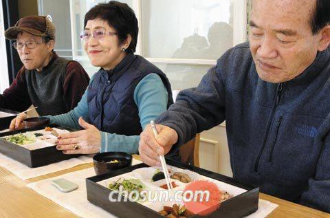 지난 10일 오전 서울 역삼동 아워홈 본사에서 70~80대 참가자들이 아워홈의'효소식 연화 기술'로 제조한 도시락과 떡국을 맛보고 있다.