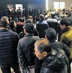 수지 광교산 아이파크 모델하우스를 방문한 시니어 세대들이 줄을 서 있다.