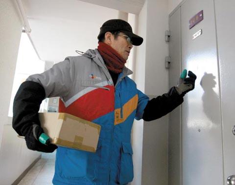 실버택배원인 이은호(79)씨가 11일 서울 노원구 상계주공아파트 14단지에서 물건을 배달하고 있다.