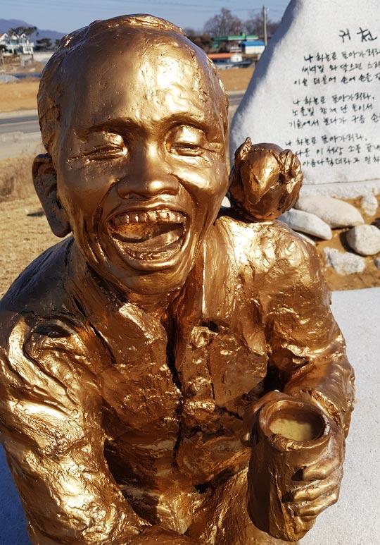 인천 천상병시인기념공원에 있는 천상병 동상의 빈 잔에 막걸리가 언 채로 담겨 있다.