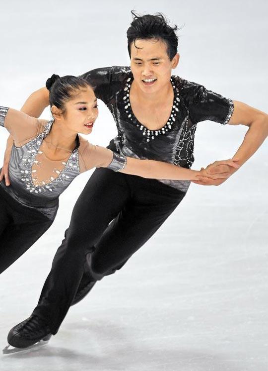 북한 피겨스케이팅 페어 렴대옥(왼쪽)-김주식 조가 지난해 9월 ISU(국제빙상연맹) 네벨혼 트로피대회에서 연기하는 모습.