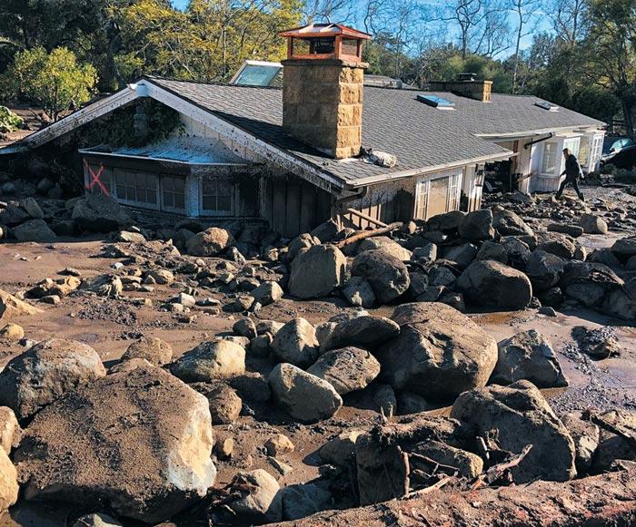 지난 10일(현지 시각) 미국 캘리포니아주(州) 몬테시토 지역에서 발생한 대형 산사태로 한 주택이 진흙에 파묻혀 윗부분만 드러나 있다. 흡사 집이 땅속으로 주저앉은 모양이다.