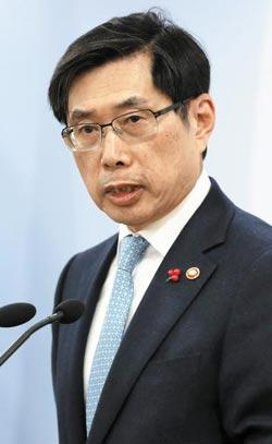 박상기 법무부 장관이 11일 법조기자단 간담회에서 가상 화폐 논란과 관련한 취재진의 질문에 답하고 있다.