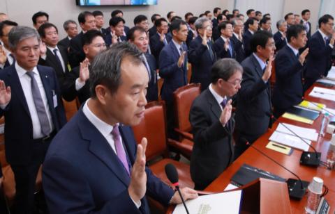 김영민(앞줄 왼쪽) 한국광물자원공사 사장이 지난해 10월 19일 오전 국회 산업통상자원중소벤처기업위원회에서 열린 국정감사에 출석해 피감기관장 선서를 하고 있다. /연합뉴스 제공