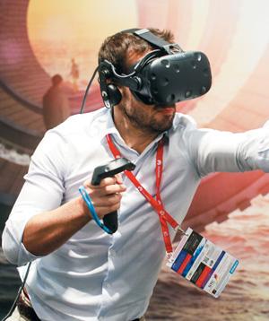 가상현실(VR) 헤드셋을 체험하는 모습.