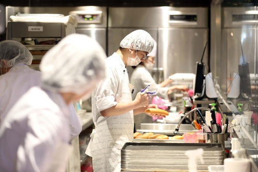 이번 파리바게뜨 노사 합의안에 따라 협력업체 소속인 5300여명의 제빵기사와 카페기사가 새로 설립될 자회사 소속으로 바뀐다. /연합뉴스 제공