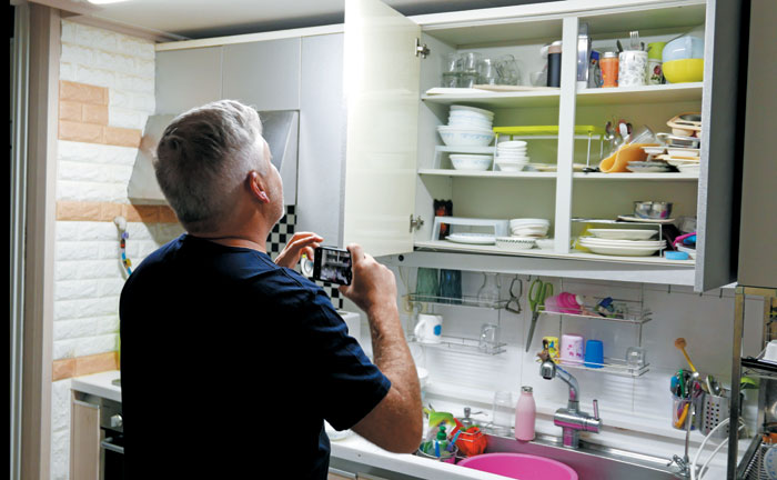 마르쿠스 엥만 이케아 글로벌 총괄 디자이너는 처음 찾은 한국에서 평범한 가정집을 찾아 눈을 반짝였다. 한국 가정집의 거실 소파, 아이들 장난감 방, 전기장판을 디자이너의 눈으로 담아 갔다.