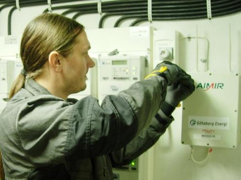 스웨덴 직원이 누리텔레콤의 AMI 제품을 설치하고 있다. /누리텔레콤 제공
