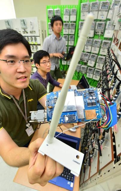 누리텔레콤 기술연구소 직원들이 제품을 테스트 하고 있다. /누리텔레콤 제공
