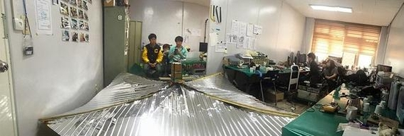 충남대 연구팀이 가로 세로 2m 크기의 '태양돛'을 펼쳐 보이고 있다. / 조선일보 DB