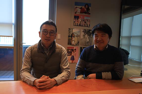 노정석 리얼리티리플렉션 CSO(왼쪽)와 손우람 CEO. 두 사람 뒤로 VR 콘텐츠 관련 협업을 한 연예인의 사진이 걸려있다. /김범수 기자