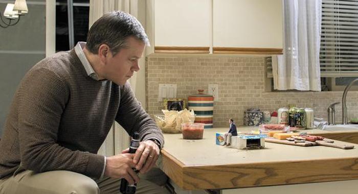 소인이 된 친구와 얘기하고 있는 폴(맷 데이먼).