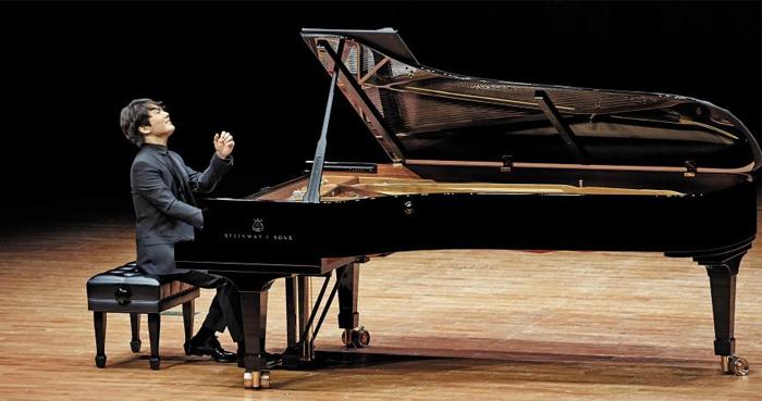 지난 11일 오후 서울 예술의전당 콘서트홀에서 조성진이 드뷔시 '영상 2집'과 쇼팽 피아노 소나타 3번을 연주하고 있다.