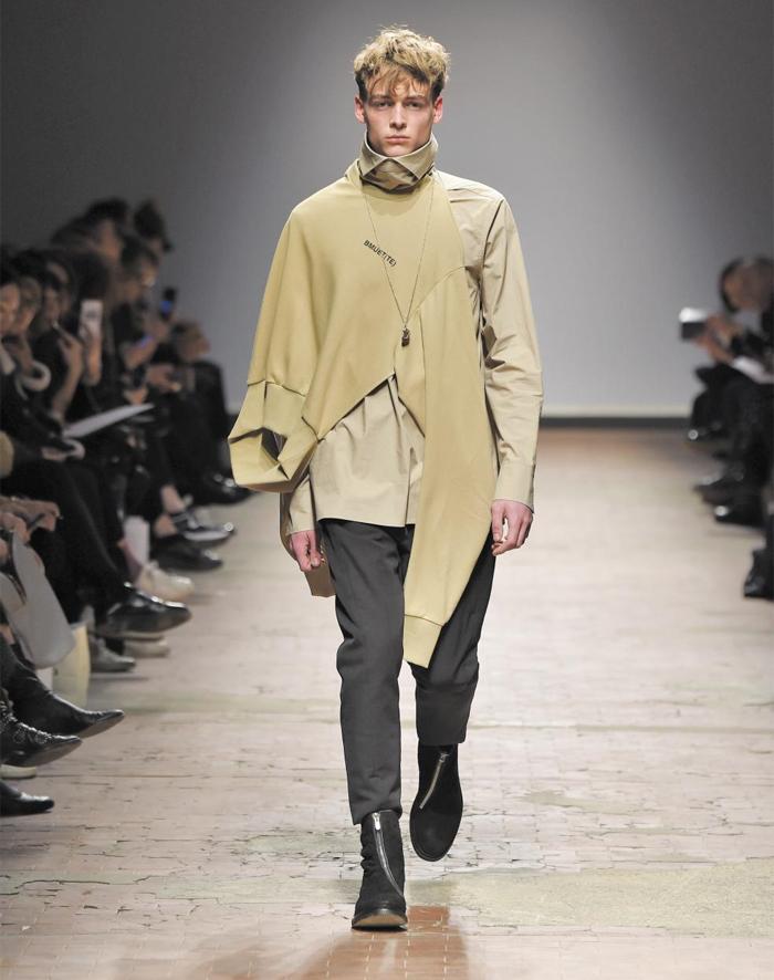 지난 10일(현지 시각) 이탈리아 피렌체에서 열린 한국 브랜드 '비뮈에트' 패션쇼에 등장한 의상. '수술대 위 재봉틀과 우산의 만남'이라는 초현실주의적 수사에서 영감을 얻어 옷의 형태를 비틀었다.