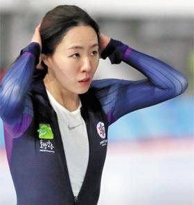 이상화가 12일 전국동계체전 스피드스케이팅 여자 500m 대회를 마치고 머리를 가다듬는 모습. 그는 이 대회에서 여유 있게 우승하며, 평창올림픽 준비가 순조로움을 보였다.