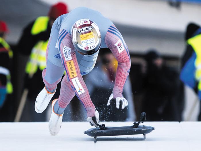 윤성빈은 올 시즌 세계 랭킹 1위에 오르며, 금빛 질주를 계속해 왔다. 그가 평창에서 메달을 따낼 경우, 한국 썰매 사상 첫 올림픽 메달이 된다. 윤성빈이 11일 스위스 생모리츠에서 스타트 훈련을 하는 모습.