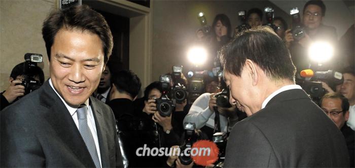 임종석(왼쪽) 대통령 비서실장이 12일 국회를 찾아 김성태 자유한국당 원내대표를 만나고 있다.