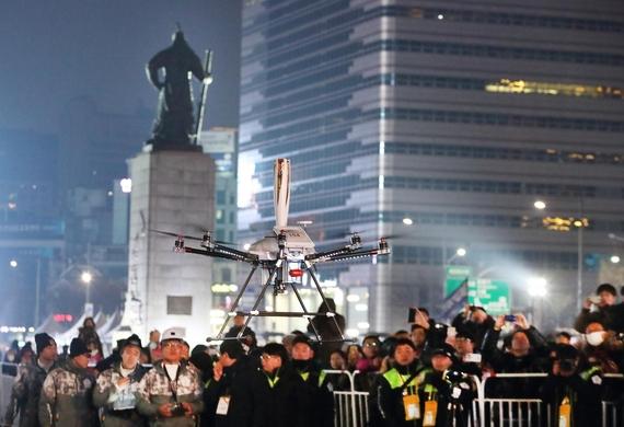 서울 종로구 광화문광장에서 5G 네트워크를 연결한 5G 드론이 성화봉송 퍼포먼스를 진행하고 있다. / KT제공
