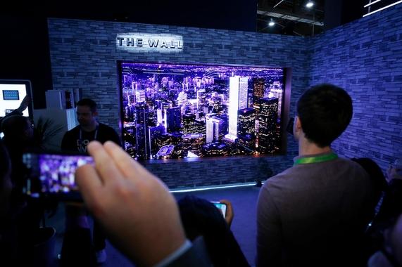 삼성전자는 미국 라스베이거스에서 개최한 CES 2018에서 모듈러 TV '더 월(The Wall)'을 전시했다. / 삼성전자 제공