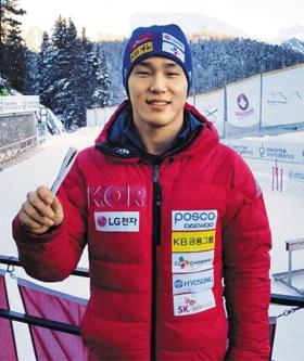 저도 성화 봉송하고 싶어요 윤성빈이 12일 월드컵 7차 대회 우승 직후 평창올림픽 성화봉 모양의 볼펜을 들고 환하게 웃는 모습.