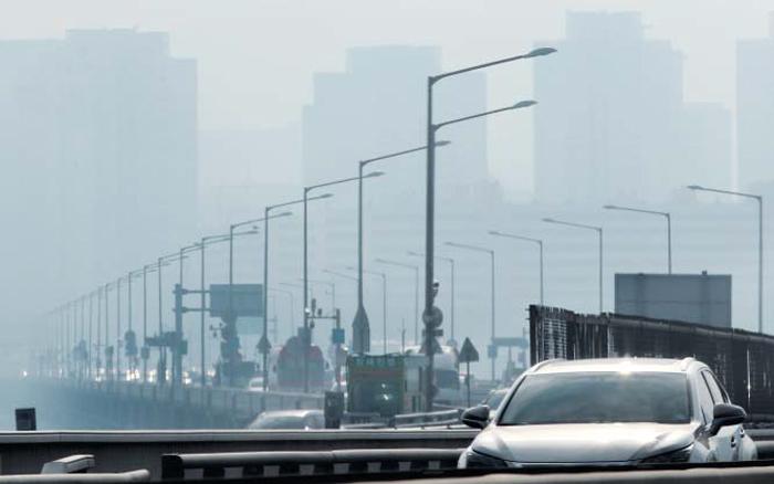 초미세먼지 또 나쁨… 서울 오늘 출퇴근 대중교통 무료 - 초미세 먼지(PM2.5) 농도가 '나쁨' 수준(50㎍/㎥ 이상)으로 치솟은 14일 서울 하늘이 뿌옇게 변했다. 15일에도 수도권 초미세 먼지 농도가 높을 것으로 예보되자, 서울시는 '서울형 미세 먼지 비상저감조치'를 처음 발령했다. 15일 출퇴근 시간(첫차~오전 9시, 오후 6~9시)에 서울 버스와 지하철 1~9호선, 우이신설선을 무료 운행한다. 교통카드로 타야 면제 혜택을 받는다. 서울 버스에서 경기 버스로 환승할 경우 서울 버스 기본요금 1200원은 면제되지만, 경기 버스로 갈아탈 때 승차요금 50원(경기 버스 기본요금은 1250원)과 거리당 요금 200원을 내야 한다. 반대로 경기 버스에서 서울 버스로 환승할 때는 경기 버스 요금 1250원만 내고 서울 버스로 환승한 후 요금은 면제된다.