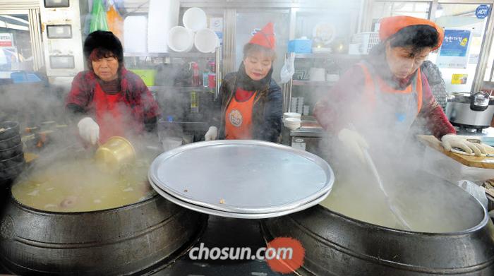 전남 순천시 동외동 웃장국밥거리에서 상인들이 육수를 끓이고 있다. 솥에서 나온 하얀 김이 겨울 공기를 훈훈하게 데운다.
