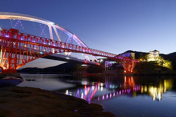 콰이강의 다리에서는 멋진 야경을 볼 수 있다.