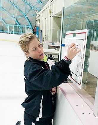 사라 머레이 여자 아이스하키 대표팀 감독이 경기장에서 작전 지시를 하는 모습.