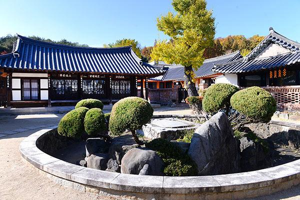 광주광역시 민속문화재 제1호 이장우가옥. 옛 상류주택 양식의 기와집으로 그 원형이 잘 보존되어 있다.