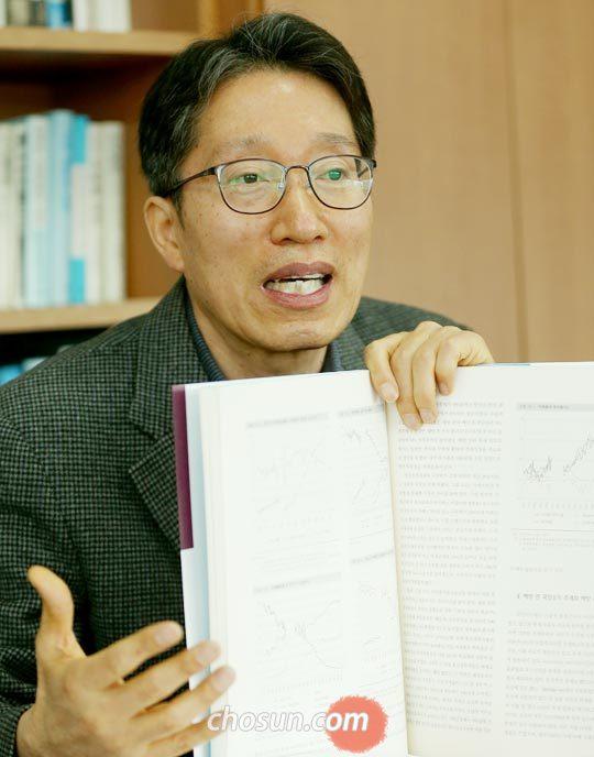 """19일 동국대에서 만난 김낙년 교수는""""제대로 된 통계가 있어야 국제학계에서 시민권을 갖고 한국의 발전 스토리에 대한 공감을 끌어낼 수 있다""""고 말했다."""
